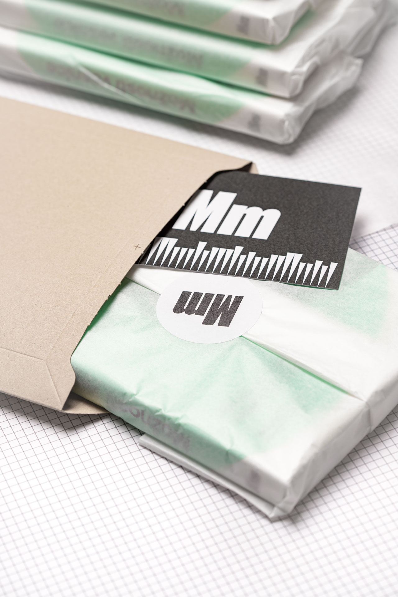 Nakladatelství Meziměsto – komplimentka, obálka, kniha zabalená v hedvábném papíře