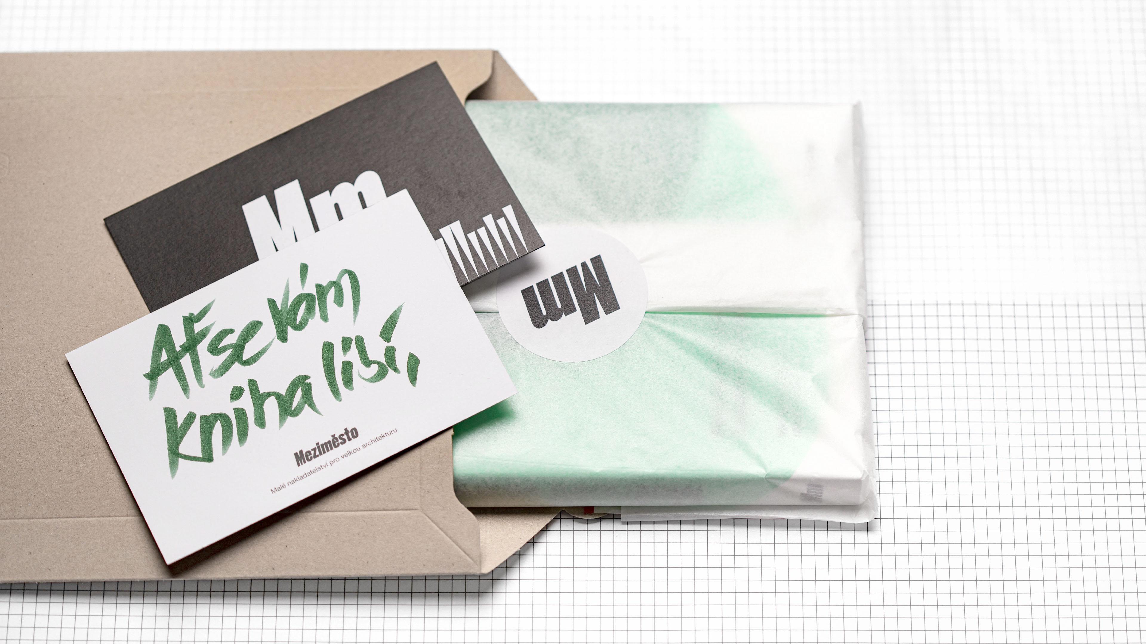 Nakladatelství Meziměsto – kniha z našeho eshopu zabalená v hedvábném papíře a s poděkováním