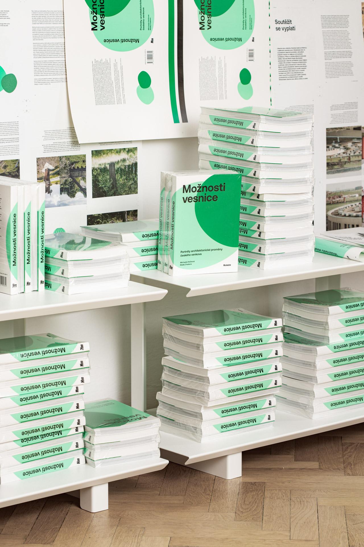 Nakladatelství Meziměsto – kniha Možnosti vesnice – zabalené knihy a tiskové archy